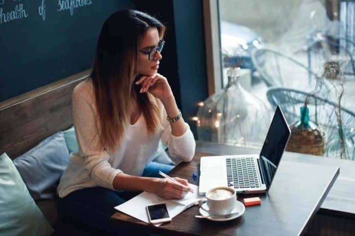 Займ на карту онлайн мгновенно вы можете получить двумя способами. Первый – через официальный сайт компании. Заполняете заявку, создавая личный кабинет, а после одобрения запроса и подписания электронного договора средства поступают на карту. Второй способ – посредством СМС-сообщения. Он актуален в том случае, если вы уже являетесь клиентом МФО и зарегистрировали ранее личный кабинет. В обоих случаях деньги зачисляются мгновенно.